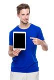 Καυκάσιο σημείο δάχτυλων ατόμων στην κενή οθόνη της ψηφιακής ταμπλέτας Στοκ φωτογραφία με δικαίωμα ελεύθερης χρήσης