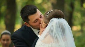 Καυκάσιο φίλημα νυφών και νεόνυμφων στη ημέρα γάμου ακριβώς παντρεμένος φιλμ μικρού μήκους