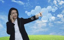 Καυκάσιο χέρι επιχειρηματιών που ωθεί την κενή hexagon μορφή εικονική στοκ εικόνα
