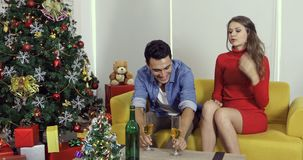 Καυκάσιο χύνοντας κρασί ατόμων ζευγών σε τους φιλμ μικρού μήκους
