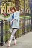 Καυκάσιο ballerina μόδας που περπατά στο πάρκο στοκ φωτογραφία με δικαίωμα ελεύθερης χρήσης