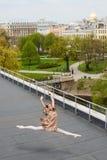 Καυκάσιο ballerina μόδας που πηδά στη στέγη στοκ φωτογραφία με δικαίωμα ελεύθερης χρήσης
