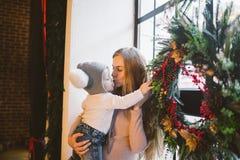 Καυκάσιο mom διακοπών έτους και Χριστουγέννων θέματος το νέο κρατά το γιο στα όπλα της για 1 έτος στο σπίτι σε ένα εσωτερικό σοφι στοκ εικόνες με δικαίωμα ελεύθερης χρήσης