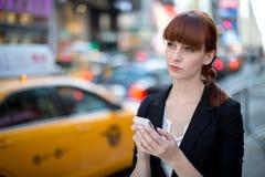 Καυκάσιο texting κινητό τηλέφωνο γυναικών Στοκ εικόνες με δικαίωμα ελεύθερης χρήσης