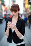Καυκάσιο texting κινητό τηλέφωνο γυναικών Στοκ Εικόνες
