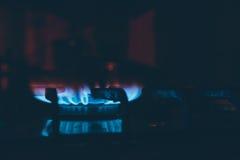 Καυστήρας LIT στη σόμπα αερίου στο σκοτάδι Στοκ Εικόνες