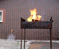Καυσόξυλο και πυρκαγιά στην παλαιά σκουριασμένη σχάρα ξυλάνθρακα Στοκ φωτογραφία με δικαίωμα ελεύθερης χρήσης