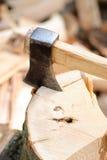 καυσόξυλο τσεκουριών Στοκ φωτογραφία με δικαίωμα ελεύθερης χρήσης
