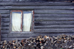 Καυσόξυλο υποβάθρου κοντά στην ξύλινη σιταποθήκη Στοκ Εικόνες