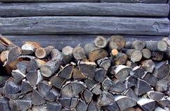 Καυσόξυλο υποβάθρου κοντά στην ξύλινη σιταποθήκη Στοκ φωτογραφίες με δικαίωμα ελεύθερης χρήσης