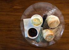 Καυτά κέικ scone με την κρέμα και τη μαρμελάδα Στοκ φωτογραφία με δικαίωμα ελεύθερης χρήσης