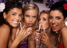 Καυτά κορίτσια που έχουν το συμβαλλόμενο μέρος στοκ φωτογραφίες