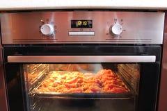 Καυτά σάντουιτς που μαγειρεύουν στην κουζίνα-σειρά Στοκ Εικόνες