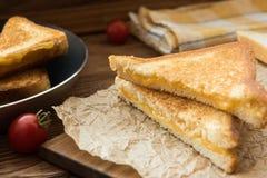 Καυτά ψημένα στη σχάρα σάντουιτς με το χρυσό τυρί στοκ εικόνες