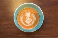Καυτές λουλούδι και καρδιά τέχνης καφέ latte patern στοκ φωτογραφία με δικαίωμα ελεύθερης χρήσης