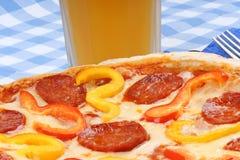 Καυτές πικάντικες πίτσα και μπύρα στοκ εικόνα