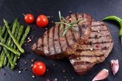 Καυτές ψημένες στη σχάρα μπριζόλες βόειου κρέατος με τα λαχανικά Στοκ Εικόνες