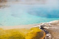 Καυτή άνοιξη σε Yellowstone Λίμνη δόξας πρωινού στο εθνικό πάρκο Yellowstone του Ουαϊόμινγκ στοκ φωτογραφία
