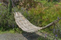 Καυτή έννοια εισόδων ηλιοφάνειας χλόης καρεκλών υπολοίπου ταλάντευσης κήπων Στοκ εικόνα με δικαίωμα ελεύθερης χρήσης