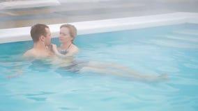 Καυτή γεωθερμική SPA άνοιξη Ρομαντική ερωτευμένη χαλάρωση ζευγών στην καυτή λίμνη απόθεμα βίντεο