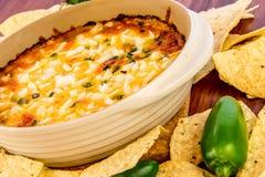 Καυτή εμβύθιση φασολιών με τα jalapenos, την ξινή κρέμα και τα λειωμένα chees τυριού Cheddar Στοκ Εικόνες