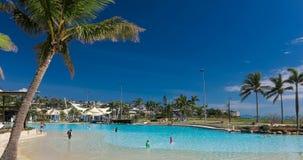 Καυτή ηλιόλουστη ημέρα η λιμνοθάλασσα στην παραλία Airlie, Queensland, Αυστραλία απόθεμα βίντεο