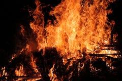 Καυτή καίγοντας φωτιά πυρκαγιάς με το καυσόξυλο Στοκ εικόνες με δικαίωμα ελεύθερης χρήσης