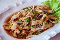 Καυτή και πικάντικη ψημένη στη σχάρα σαλάτα χοιρινού κρέατος, μουγκρητό Nam Tok 1 στοκ φωτογραφία με δικαίωμα ελεύθερης χρήσης