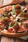 Καυτή πίτσα με τα σύκα, το prosciutto, το arugula, τις ελιές και το τυρί ver Στοκ φωτογραφίες με δικαίωμα ελεύθερης χρήσης
