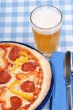 καυτή πίτσα μπύρας πικάντικη στοκ εικόνες