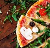 Καυτή πίτσα που τεμαχίζεται με Pepperoni, λειώνοντας κινηματογράφηση σε πρώτο πλάνο τυριών κορυφή VI Στοκ Εικόνες