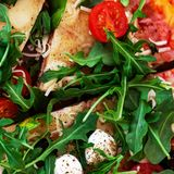 Καυτή πίτσα που τεμαχίζεται με Pepperoni, λειώνοντας κινηματογράφηση σε πρώτο πλάνο τυριών κορυφή VI Στοκ εικόνες με δικαίωμα ελεύθερης χρήσης