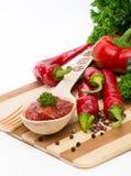 Καυτή σάλτσα πιπεριών σε ένα ξύλινο κουτάλι Στοκ φωτογραφία με δικαίωμα ελεύθερης χρήσης