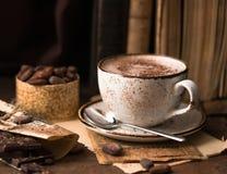 Καυτή σοκολάτα και κομμάτια σοκολάτας πέρα από το αγροτικό ξύλινο υπόβαθρο Σπιτικό ζεστό ποτό σοκολάτας για τις διακοπές Χριστουγ Στοκ εικόνες με δικαίωμα ελεύθερης χρήσης