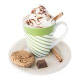 Καυτή σοκολάτα, κτυπημένη κρέμα, κανέλα Στοκ εικόνες με δικαίωμα ελεύθερης χρήσης