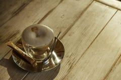 Καυτή σοκολάτα με την κανέλα και κτυπημένη κρέμα σε έναν ξύλινο πίνακα Η σοκολάτα είναι καυτή στον πίνακα Στοκ Φωτογραφίες