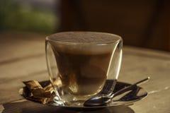 Καυτή σοκολάτα με την κανέλα και κτυπημένη κρέμα σε έναν ξύλινο πίνακα Η σοκολάτα είναι καυτή στον πίνακα Στοκ Εικόνες