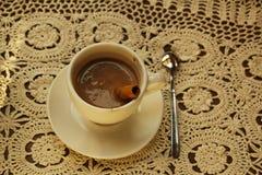 Καυτή σοκολάτα με την κανέλα και κτυπημένη κρέμα σε έναν ξύλινο πίνακα Η σοκολάτα είναι καυτή στον πίνακα στοκ φωτογραφίες με δικαίωμα ελεύθερης χρήσης