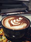 Καυτή σοκολάτα με την τέχνη latte Στοκ Φωτογραφίες