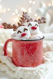 Καυτή σοκολάτα με το λειωμένο marshmallow τάρανδο στοκ εικόνες