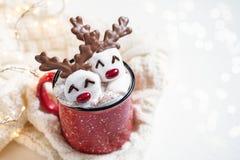 Καυτή σοκολάτα με το λειωμένο marshmallow τάρανδο στοκ φωτογραφία