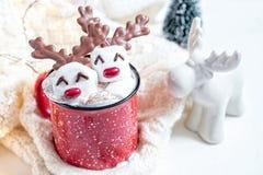 Καυτή σοκολάτα με το λειωμένο marshmallow χιονάνθρωπο στοκ φωτογραφίες