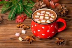 Καυτή σοκολάτα με marshmallow τις καραμέλες στο ξύλινο deco υποβάθρου Στοκ Φωτογραφίες