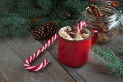 Καυτή σοκολάτα με marshmallows ξύλινο fir-tree υποβάθρου Χριστουγεννιάτικο δέντρο με τον κάλαμο καραμελών και κούπα με τον καφέ Κ Στοκ Φωτογραφίες