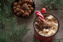 Καυτή σοκολάτα με marshmallows ξύλινο fir-tree υποβάθρου Χριστουγεννιάτικο δέντρο με τον κάλαμο καραμελών και κούπα με τον καφέ Στοκ Εικόνες