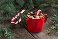 Καυτή σοκολάτα με marshmallows ξύλινο fir-tree υποβάθρου Χριστουγεννιάτικο δέντρο με τον κάλαμο καραμελών και κούπα με τον καφέ Κ Στοκ φωτογραφία με δικαίωμα ελεύθερης χρήσης