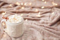 Καυτή σοκολάτα με marshmallows στο μαλακό υπόβαθρο καρό με το CH Στοκ Εικόνα