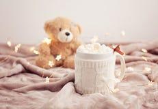 Καυτή σοκολάτα με marshmallows στο μαλακό υπόβαθρο καρό με το CH Στοκ Φωτογραφία