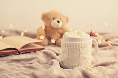 Καυτή σοκολάτα με marshmallows στο μαλακό υπόβαθρο καρό με το CH Στοκ φωτογραφίες με δικαίωμα ελεύθερης χρήσης