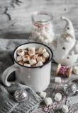 Καυτή σοκολάτα και ένας κεραμικός Άγιος Βασίλης Στοκ Εικόνες